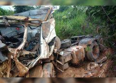 Caminhoneiro morre após bater em barranco no Norte de Minas